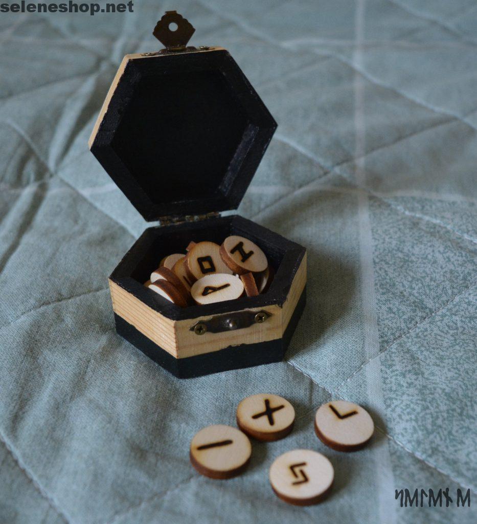 scatola aperta legno nero e rune
