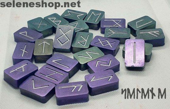 runes métalliques violettes